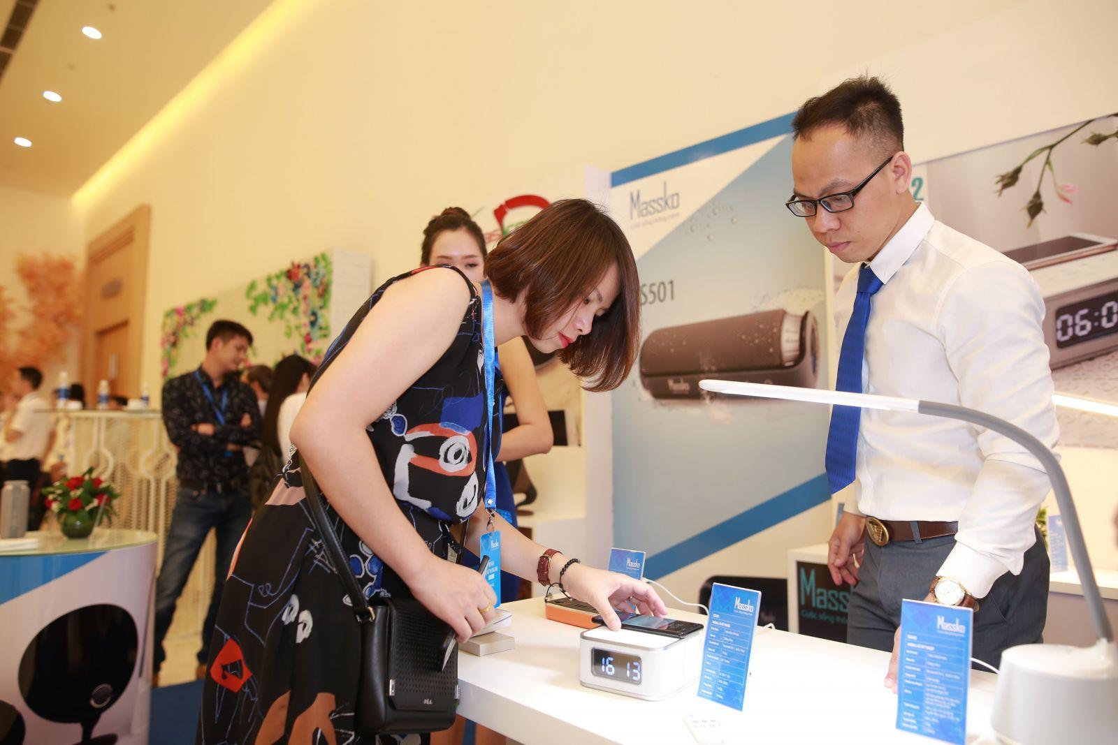 Khách hàng tìm hiểu sản phẩm tại buổi họp báo ra mắt thương hiệu Massko tại TP.HCM chiều ngày 12/4