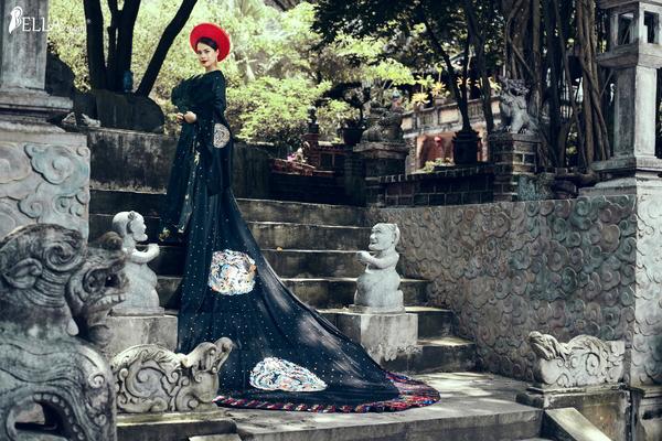 Á hậu Ý Lan quyền lực  kiêu sa trong trang phục áo dài họa tiết rồng phượng với tà áo dài 5m thiết kế tỉ mỉ công phu