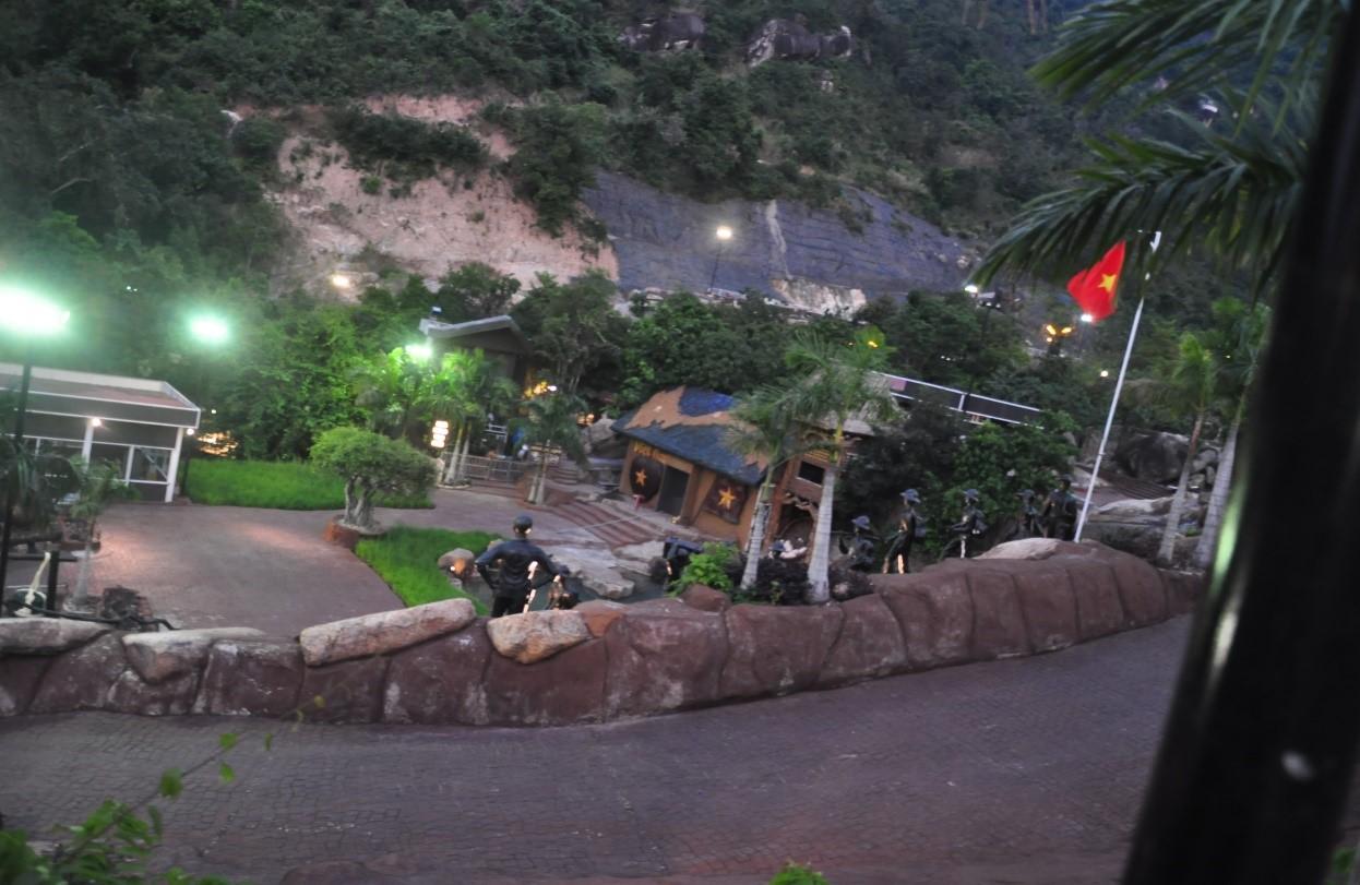 Một góc phố đi bộ và nhà bản đồ Việt Nam