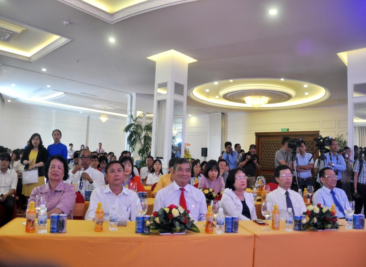 Ông Lê Hữu Hoàng, Chủ tịch Hội Đồng TV Công Ty Yến Sào Khánh Hòa (bìa phải) và đại diện lãnh đạo các cơ quan tỉnh Khánh Hòa