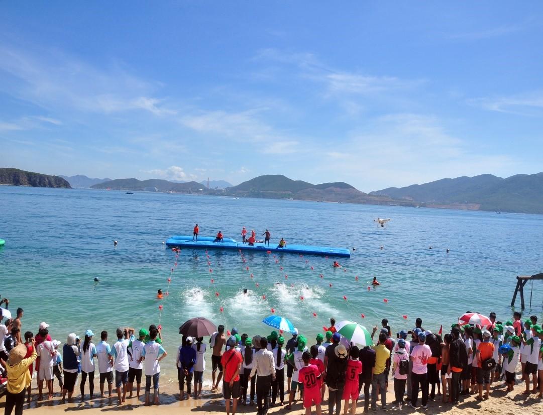 Về đích. Cuộc thi bơi trên biển Hòn Tằm, Nha Trang