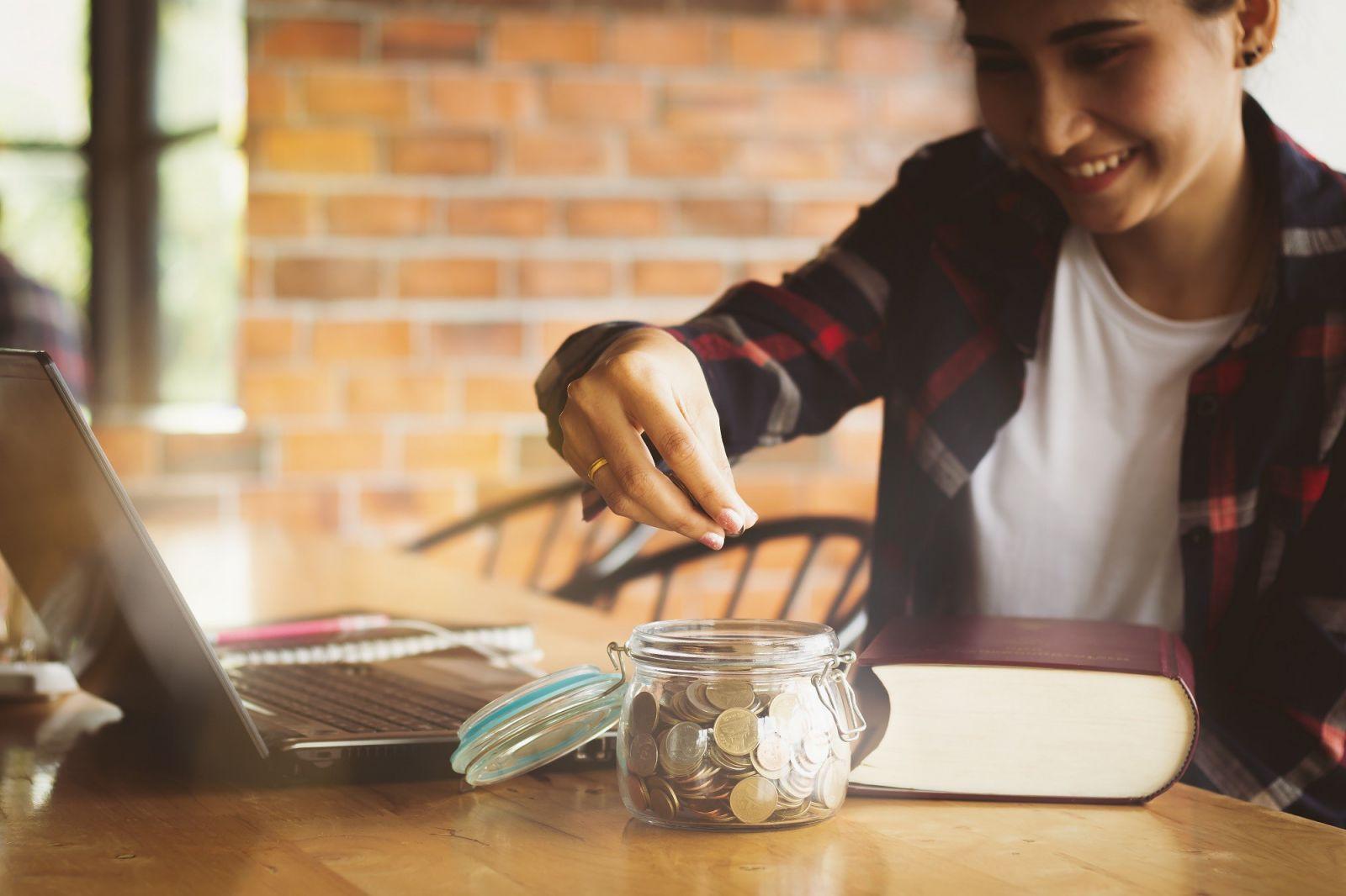 Việc cố định một khoản tiền tiết kiệm hàng tháng không chỉ giúp bạn hạn chế những chi tiêu không cần thiết mà còn dễ dàng đạt được các mục tiêu tài chính trong tương lai.