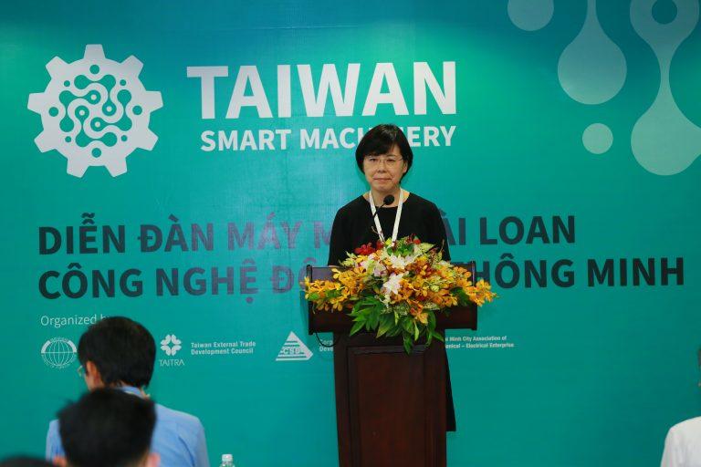 """Bà Karen Pai – Phó Giám đốc điều hành Phòng Tiếp thị Công nghiệp, Hội đồng Phát triển Ngoại thương Đài Loan tại Diễn đàn """"Máy móc Đài Loan-Công nghệ đột phá thông minh"""