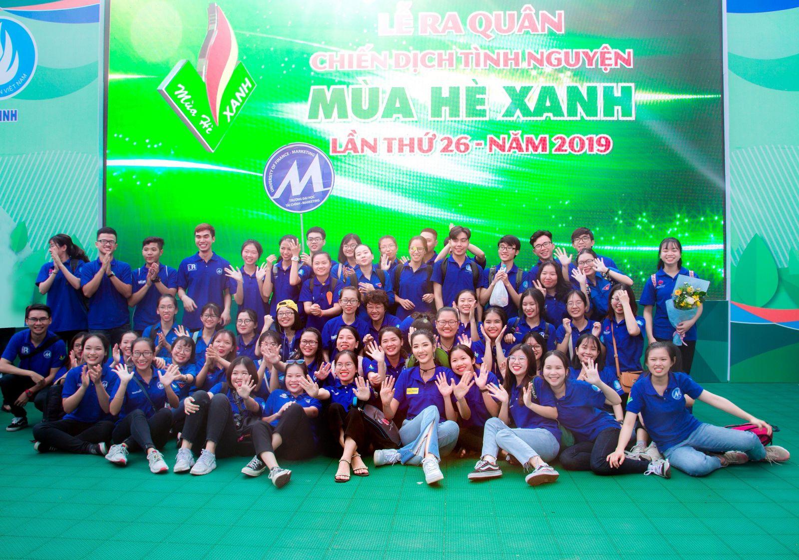 Đại sứ vì môi trường của Nam A Bank - Á hậu Hoàng Thùy cùng các tình nguyện viên tại Lễ ra quân chiến dịch Mùa hè xanh 2019.