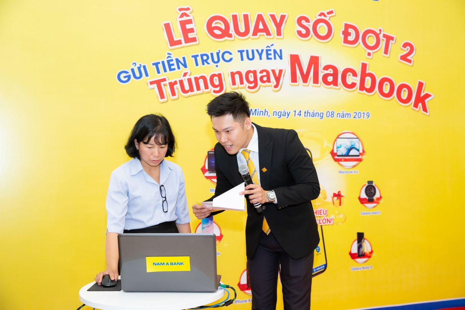 Lễ quay số Đợt 2 được tổ chức công khai, minh bạch dưới sự chứng kiến và hỗ trợ từ khách hàng Nam A Bank.
