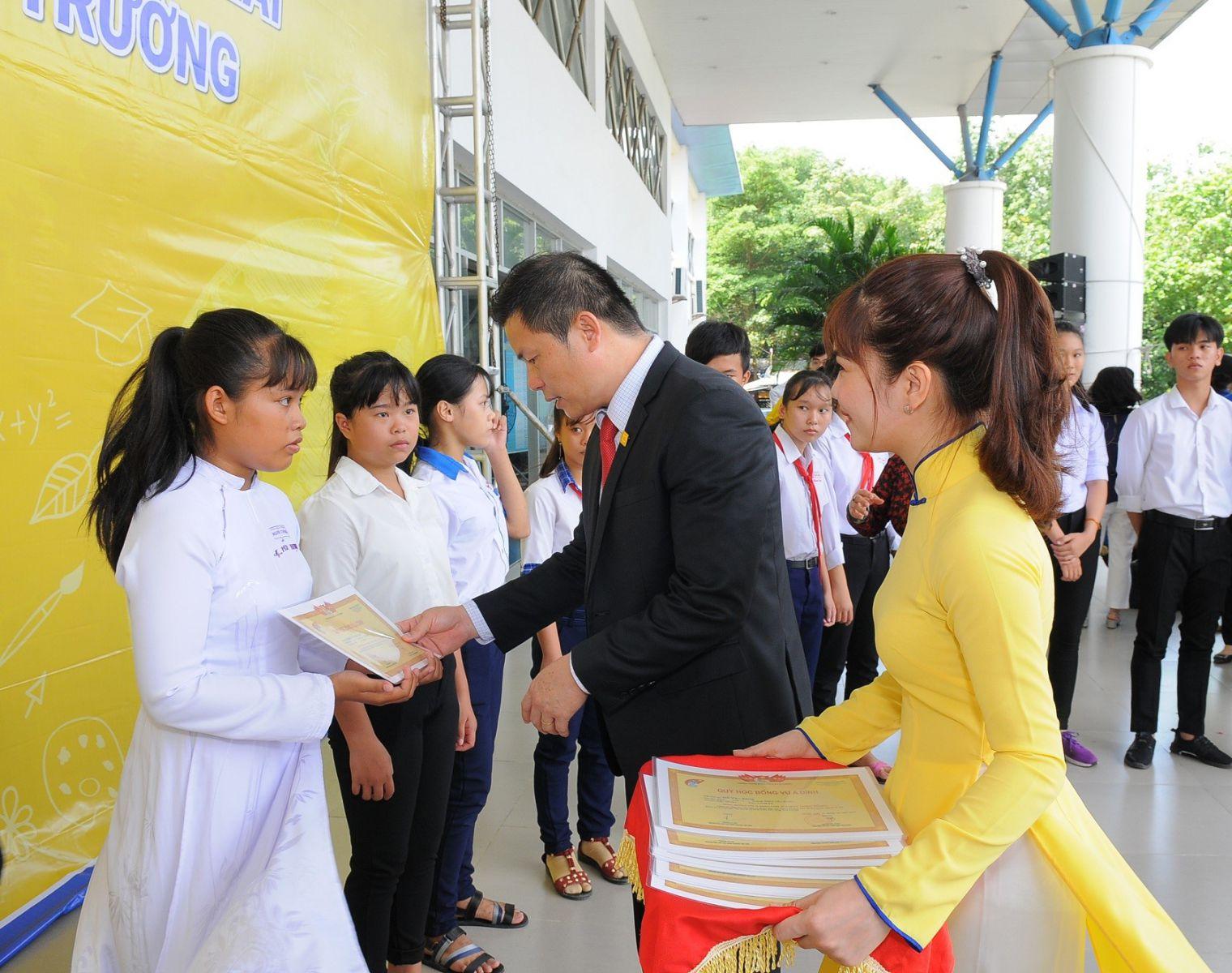Ông Nguyễn Vĩnh Lợi – Giám đốc Nam A Bank Khu vực miền Tây  trao học bổng cho các em học sinh.
