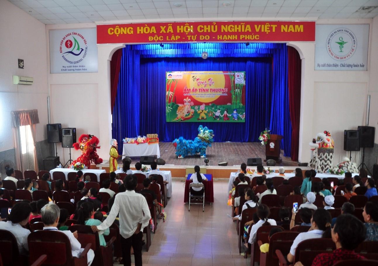 """Toàn cảnh Lễ hội """"TrungThu ấm áp tình thương"""" tại Bệnh Viện Đa Khoa Tỉnh Khánh Hòa."""