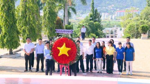 Hội Doanh Nhân đặt vòng hoa, viếng nghĩa trang Liệt Sĩ Hòn Dung, Nha Trang