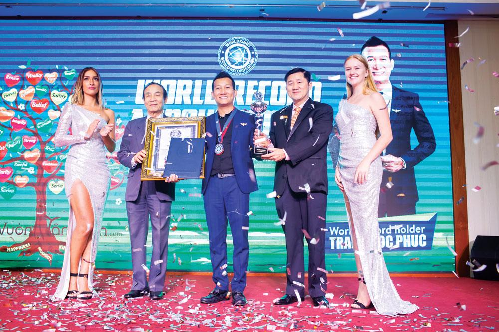 Tiến sĩ Trần Quốc Phúc nhận CUP và Chứng nhận Kỷ lục gia Thế giới từ Liên minh Kỷ lục thế giới WorldKings