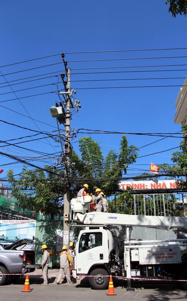Xe sửa chửa lưới điện đang mang điện