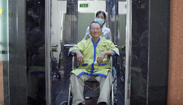 Ông Phan Dũng lúc đến điều trị tại bệnh viện DNA-Ảnh: DNA