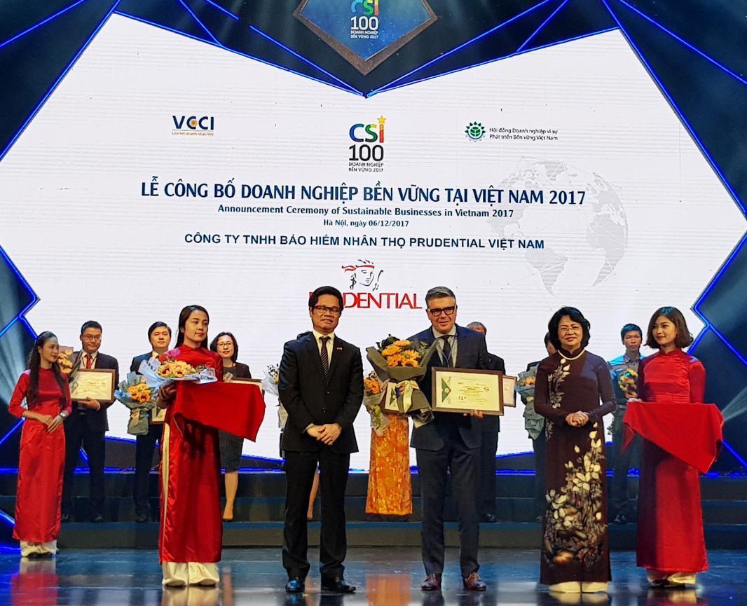 """""""Top 10 Doanh nghiệp Bền vững Việt Nam 2017"""" là một trong những giải thưởng mà"""