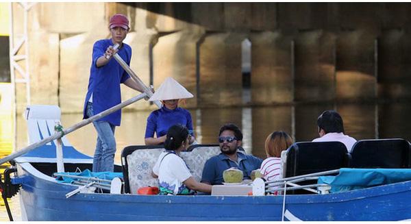 Du khách tham gia tour du lịch chèo thuyền dọc kênh Nhiêu Lộc – Thị Nghè Ảnh: Hoàng Triều