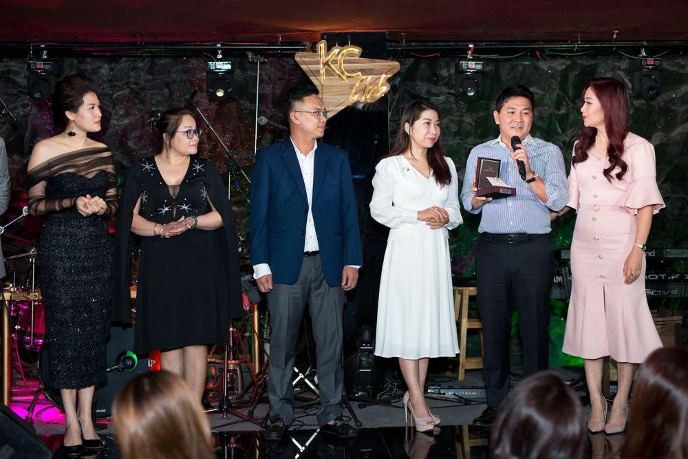 Doanh nhân Nguyễn Hoài Nam cầm trên tay chiếc trâm cài áo điêu khắc hoa văn trống đồng mà anh đã đấu giá thành công
