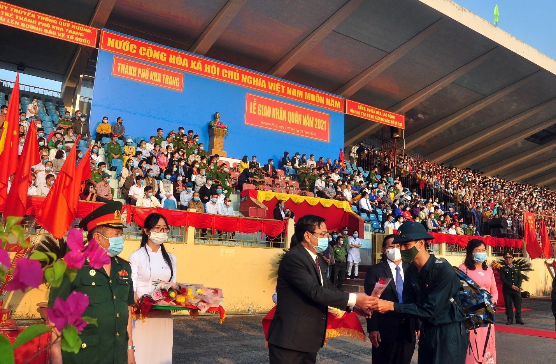 Ông Nguyễn Sỹ Khánh, UVTV Thành Ủy Q. Chủ Tịch UBND TP Nha Trang tặng hoa TN nhập ngũ
