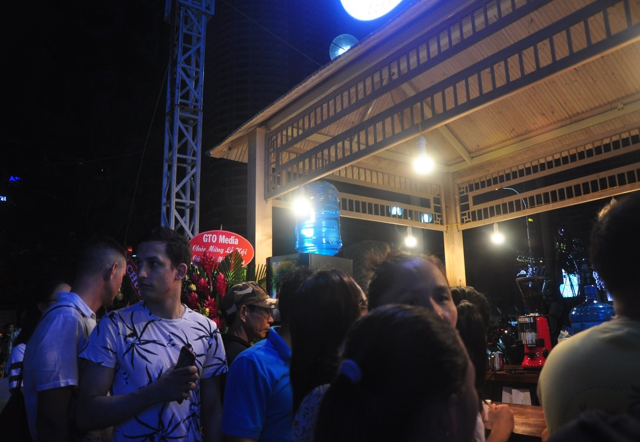 Du khách nước ngoài thích thú thưởng thức cà phê Mê Trang và nghe nhạc.