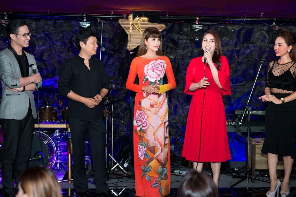 Diễn viên Lý Hương cùng chia sẻ tình yêu mà chị dành cho những chiếc áo dài của NTK Sỹ Hoàng