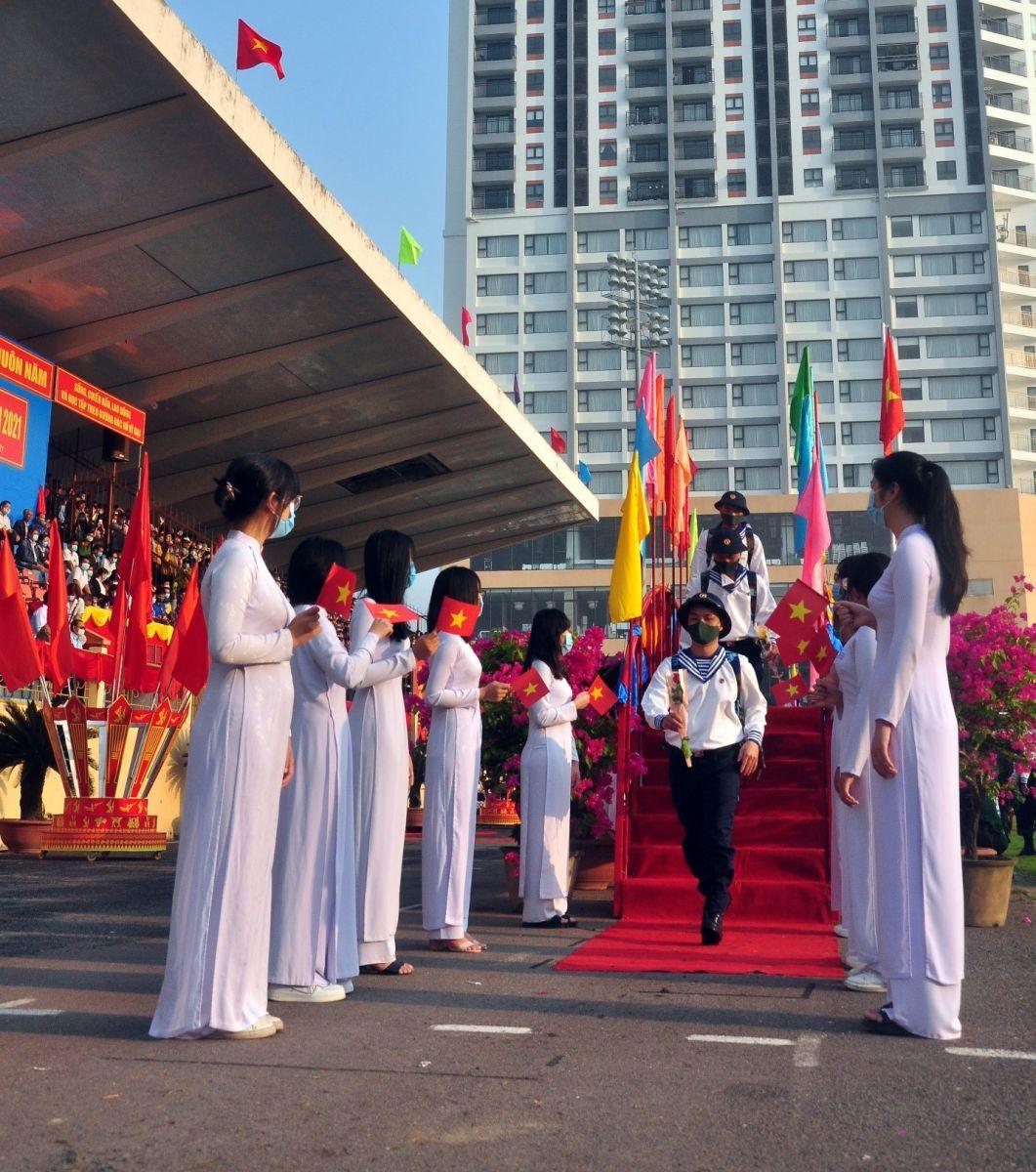 Thanh niên vinh dự bước qua cầu vinh quang lên đường làm NVQS