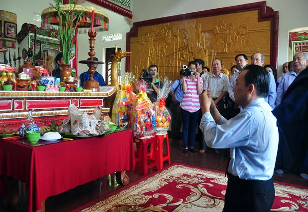 Thạc sĩ  Lê Hữu Hoàng, Chủ tịch Hội đồng thành viên Công ty Yến Sào Khánh Hòa dâng hương lên tổ nghề