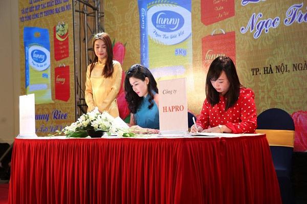 Bà Thân Thị Lan Ny ký kết hợp tác xuất khẩu gạo với Tổng Công ty Thương mại Hapro