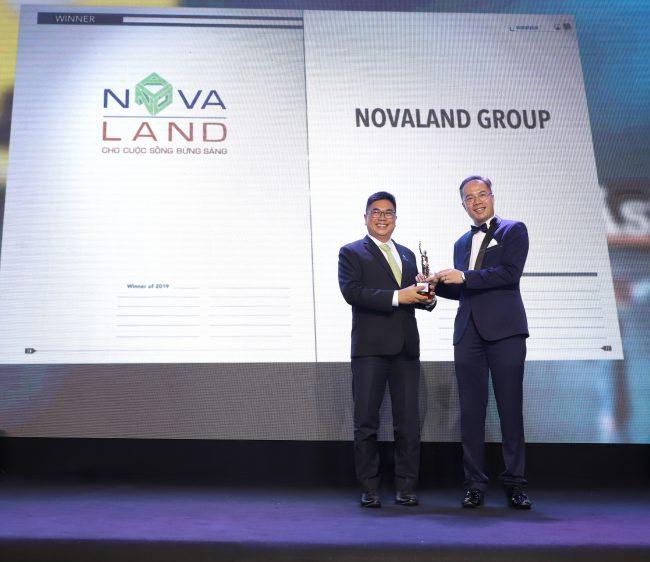 Ông Bùi Xuân Huy, Tổng Giám đốc Tập đoàn Novaland (trái) nhận giải thưởng từ ông William Ng, Tổng biên tập của Tạp chí HR Asia.