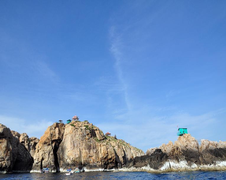 Hang yến và những căn nhà của công nhân khai thác, bảo vệ đảo yến