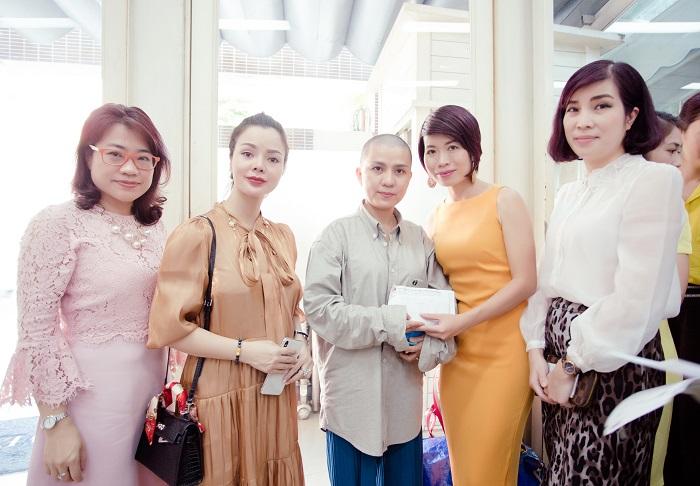 Chị Nguyễn Thảo – Giám đốc điều hành Mạng lưới WLIN Global, Đại diện Quỹ phòng chống Ung thư từ Gốc trao phần tiền mặt trị giá 50 triệu đồng tới chị Thanh Vân