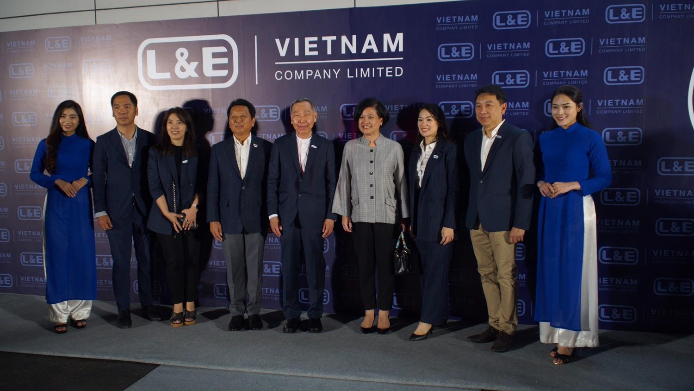 Ban lãnh đạo L&E chụp hình lưu niệm tại sự kiện ra mắt Công ty TNHH Lighting & Equipment (Việt Nam).