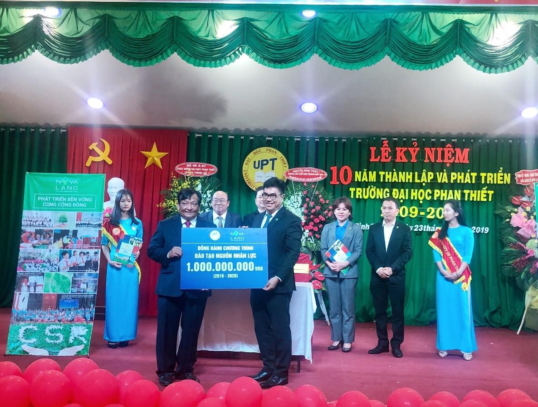 Đại diện Tập đoàn Novaland trao tặng gói học bổng trị giá 1 tỷ đồng đến đại diện trường Đại học Phan Thiết