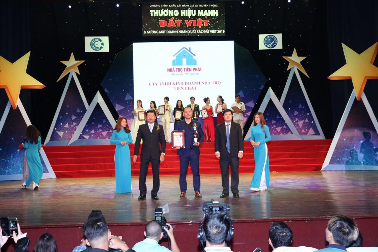 Ông Nguyễn Hoài Nghĩa  nhận giải thưởng top 10 thương hiệu mạnh đất Việt
