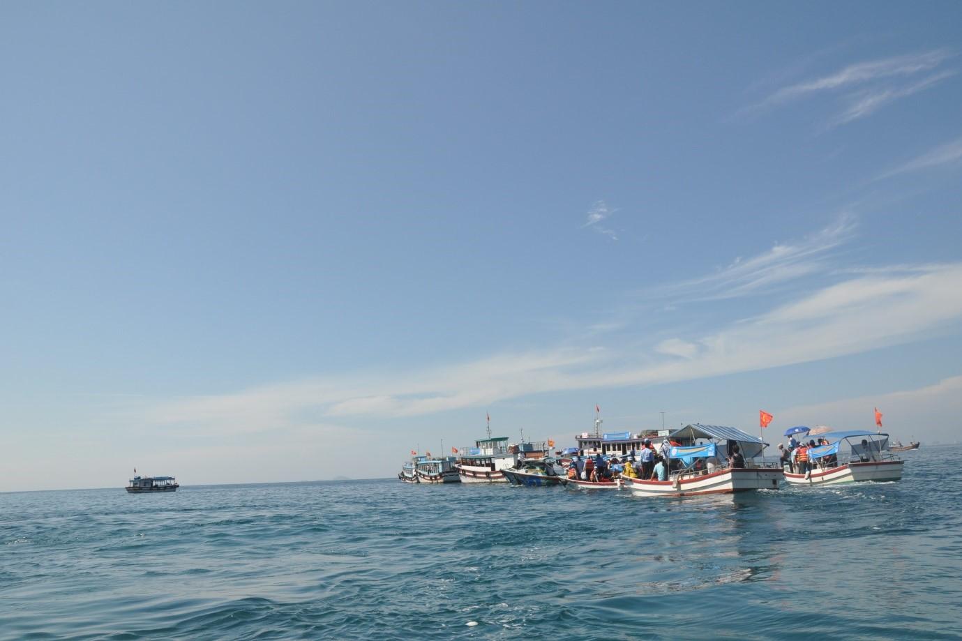 Thực hiện chương trình thả cá giống tái tạo nguồn lợi thủy sản