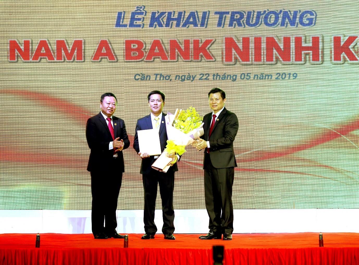 Ông Lê Quang Quảng – Phó Tổng Giám đốc Nam A Bank và Ông Nguyễn Vĩnh Lợi – Giám đốc Nam A Bank khu vực miền Tây & Đông Nam Bộ trao quyết định cho Ông Nguyễn Ngọc Quý – Giám đốc Nam A Bank Ninh Kiều.