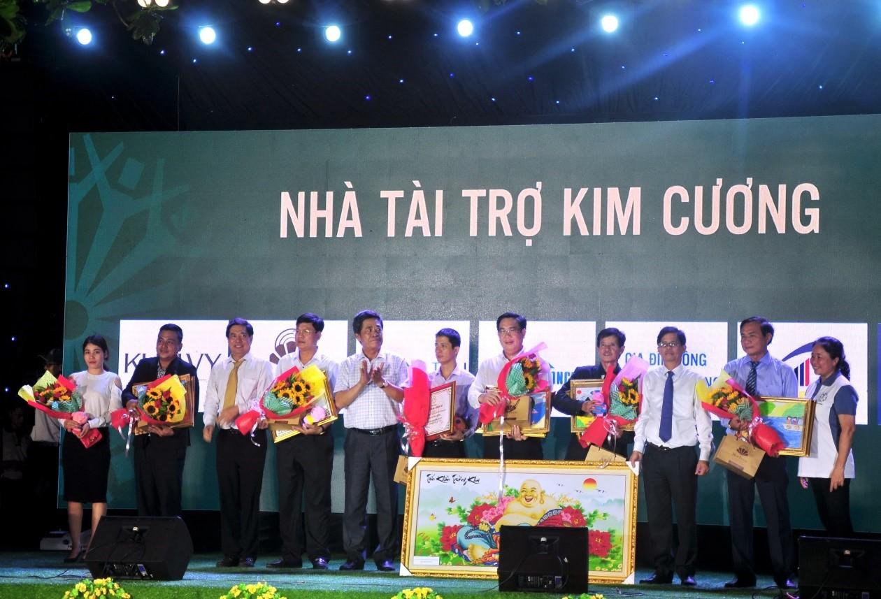 Lãnh đạo tỉnh Ủy, UBND tỉnh Khánh Hòa trao chứng nhận và quà lưu niệm đến các nhà tài trợ kim cương