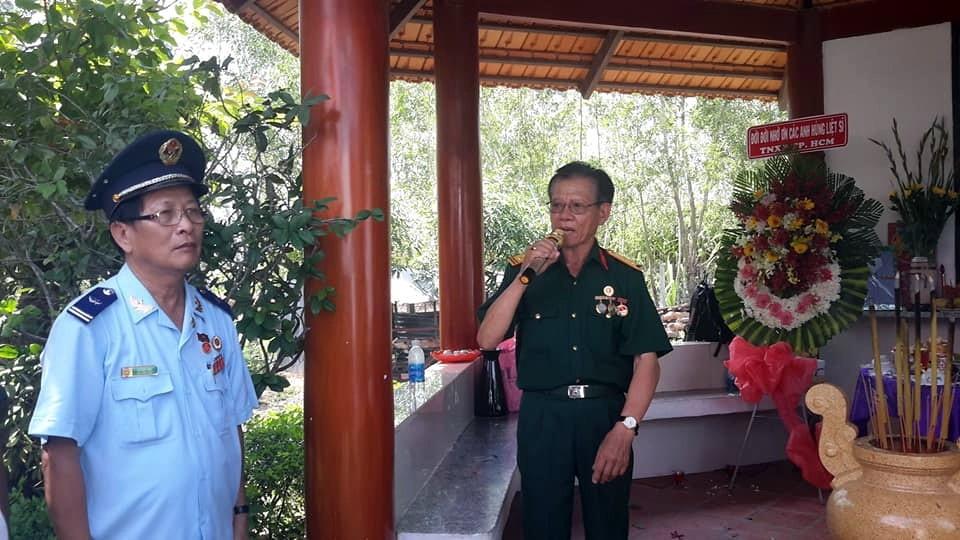 Đại tá Ngô Hồng Lập, (bìa phải) Nguyên Sư Trưởng Sư Đoàn 7, phát biểu cảm tưởng tại lễ tưởng niệm. Anh Vũ Đức Hân, Nguyên Cán bộ Ban Doanh Trại Sư Đoàn 7