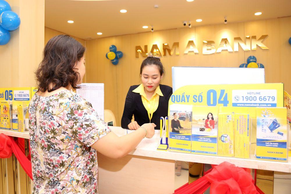 Một trong những khách hàng giao dịch đầu tiên tại Nam A Bank Tân Biên.