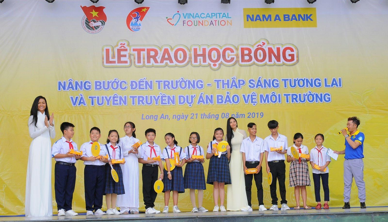 Hai đại sứ của Nam A Bank cùng chơi trò chơi với các em học sinh tỉnh Long An  về chủ đề bảo vệ môi trường.