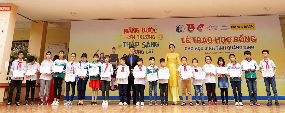 """Đại sứ nhân ái Nam A Bank – Hoa hậu H'Hen Niê trao học bổng cho học sinh hiếu học tại hành trình """"Nâng bước đến trường - Thắp sáng tương lai""""."""