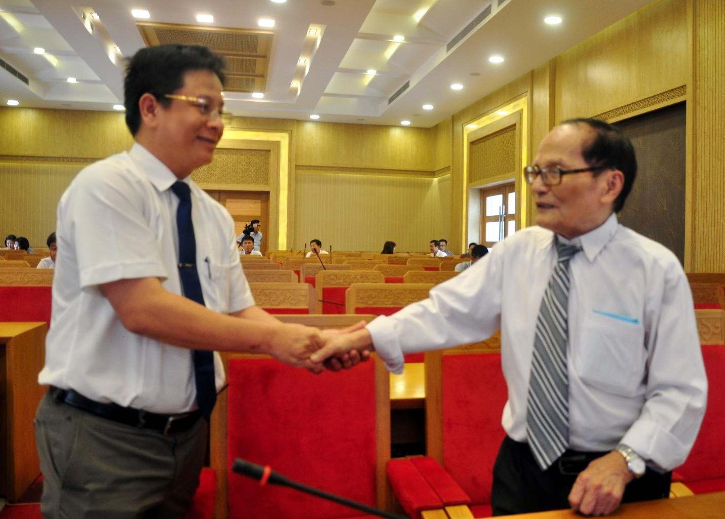 Nhà báo lão thành, nhà thơ Giang Nam, Nguyên Phó chủ tịch UBND tỉnh và ông Hồ Văn Mừng, Trưởng Ban Tuyên Giáo Tỉnh Ủy Khánh Hòa dự lễ kỷ niệm.