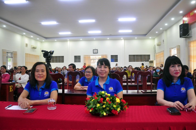 (bìa trái) Bà Nguyễn Thị Tường Anh - Chủ tịch Hội Doanh Nhân Nữ Khánh Hòa. (giữa) Bà Nguyễn Mỹ Huệ - Phó Chủ tịch Hội Doanh Nhân Nữ. Bà Võ Thu Vân – UV Ban Chấp Hành Hội Doanh Nhân Nữ.