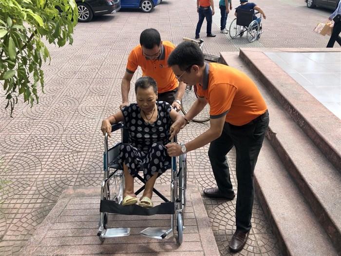 Trao xe lăn cho người nghèo khuyết tật
