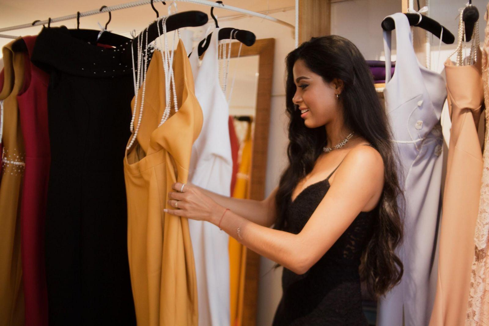 Lisandra Delgado Napoles thích thú trước những bộ đầm có thiết kế vô cùng ấn tượng và sang trọng tại Le Soleil