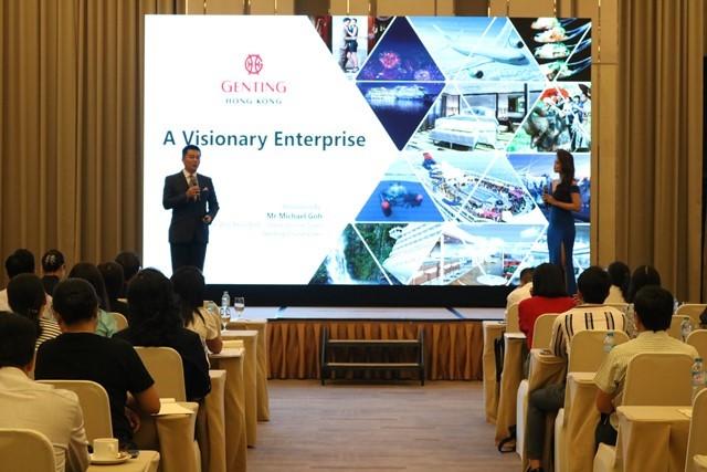 Ông Michael Goh, đại diện công ty Genting Cruise Lines giới thiệu về tiện ích, hành trình du thuyền… tại hội thảo