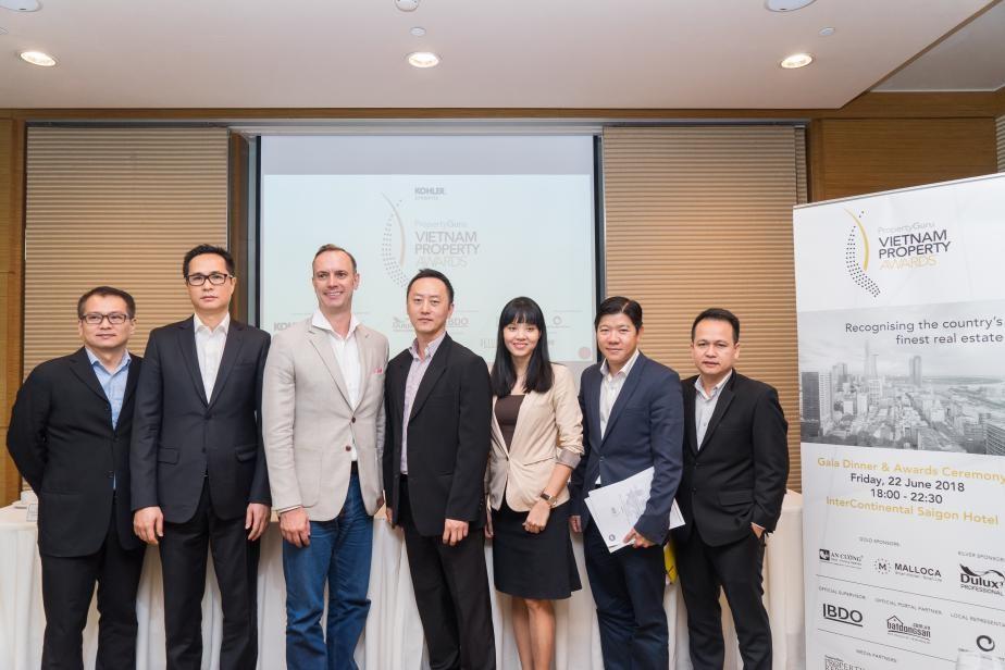 Đại diện BTC Giải thưởng Bất động sản Việt Nam 2018 chụp hình lưu niệm cùng các nhà tài trợ