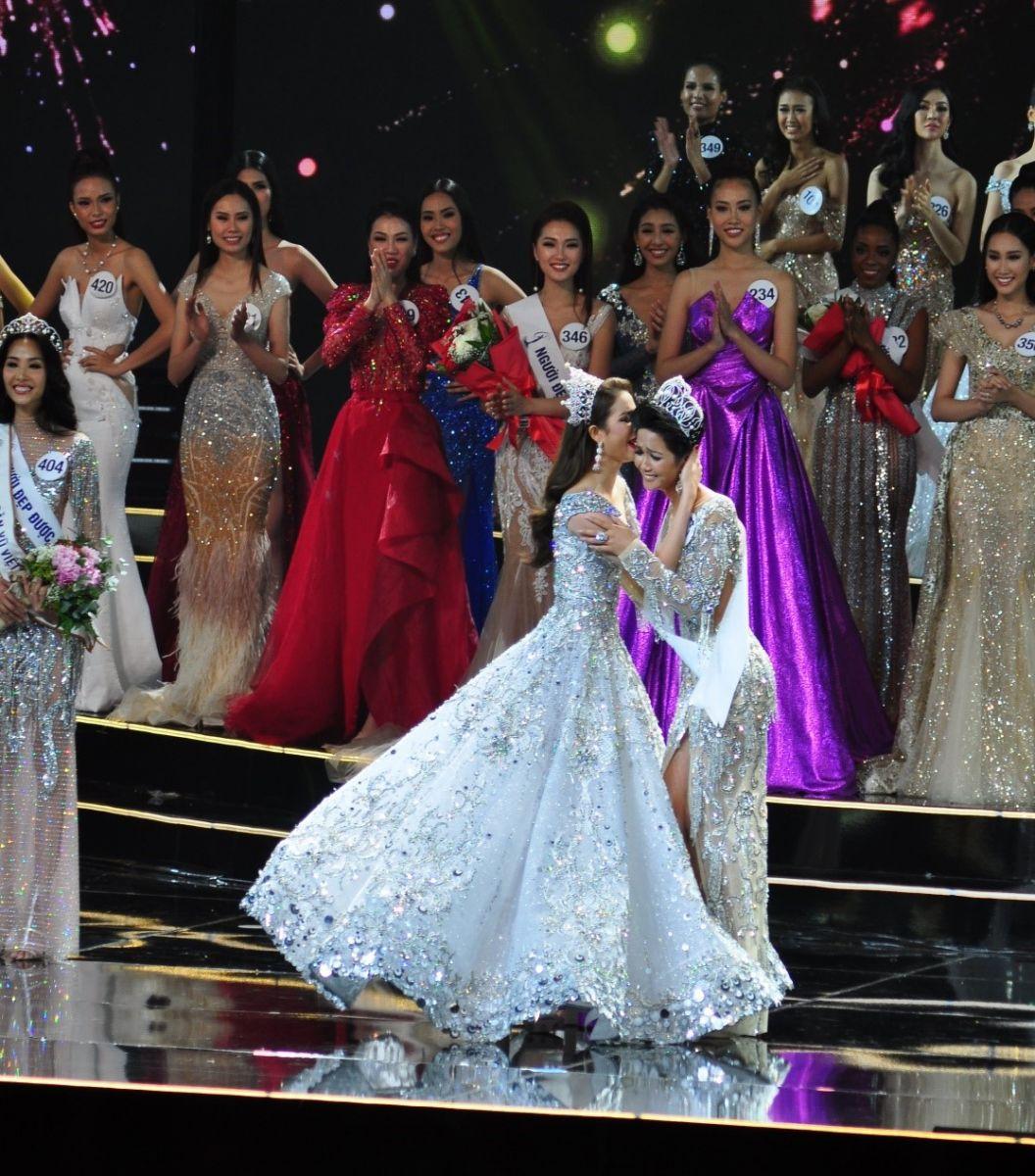 Tân hoa hậu H'Hen Niê Nhận vương miện từ Hoa hậu Hoàn vũ Việt Nam năm 2015 Phạm Hương