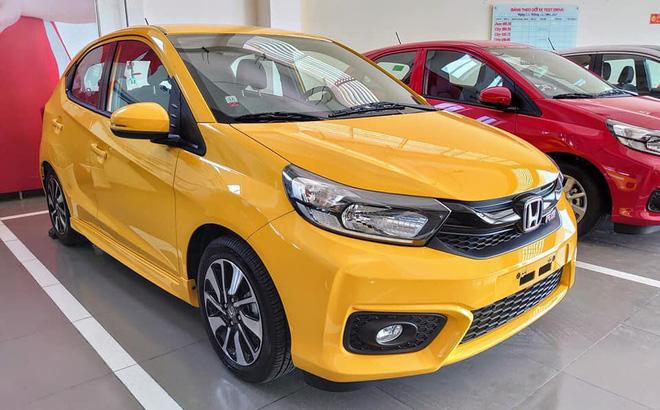 Tại thị trường Việt Nam, Honda Brio được trang bị màn hình giải trí hỗ trợ kết nối đa phương tiện và điện thoại thông minh. Mẫu xe được phân phối với 6 màu sắc nổi bật.