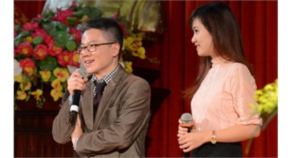 GS Ngô Bảo Châu chia sẻ, trò chuyện với học sinh, sinh viên tại ĐH Vinh. (Ảnh: Q.Quyên)