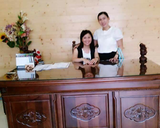 Doanh nhân Yến Phượng (bên trái) cùng một người bạn.