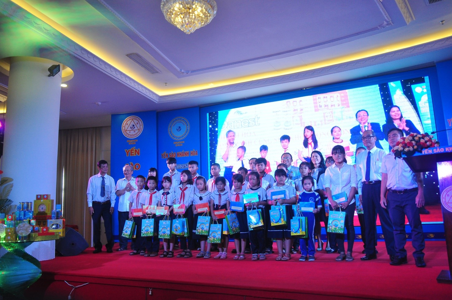 Tặng quà cho 40 em học sinh vượt khó