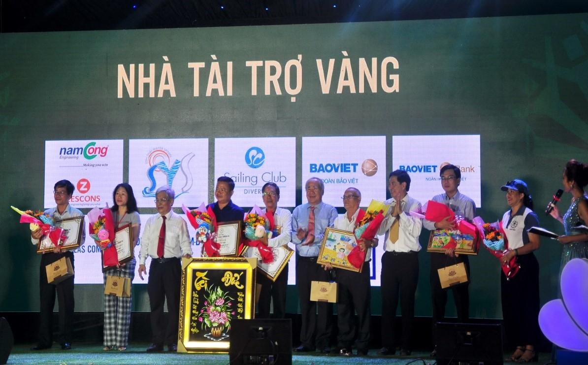Đại diện lãnh đạo UBND, HĐND tỉnh Khánh Hòa trao quà lưu niệm đến các nhà tài trợ vàng