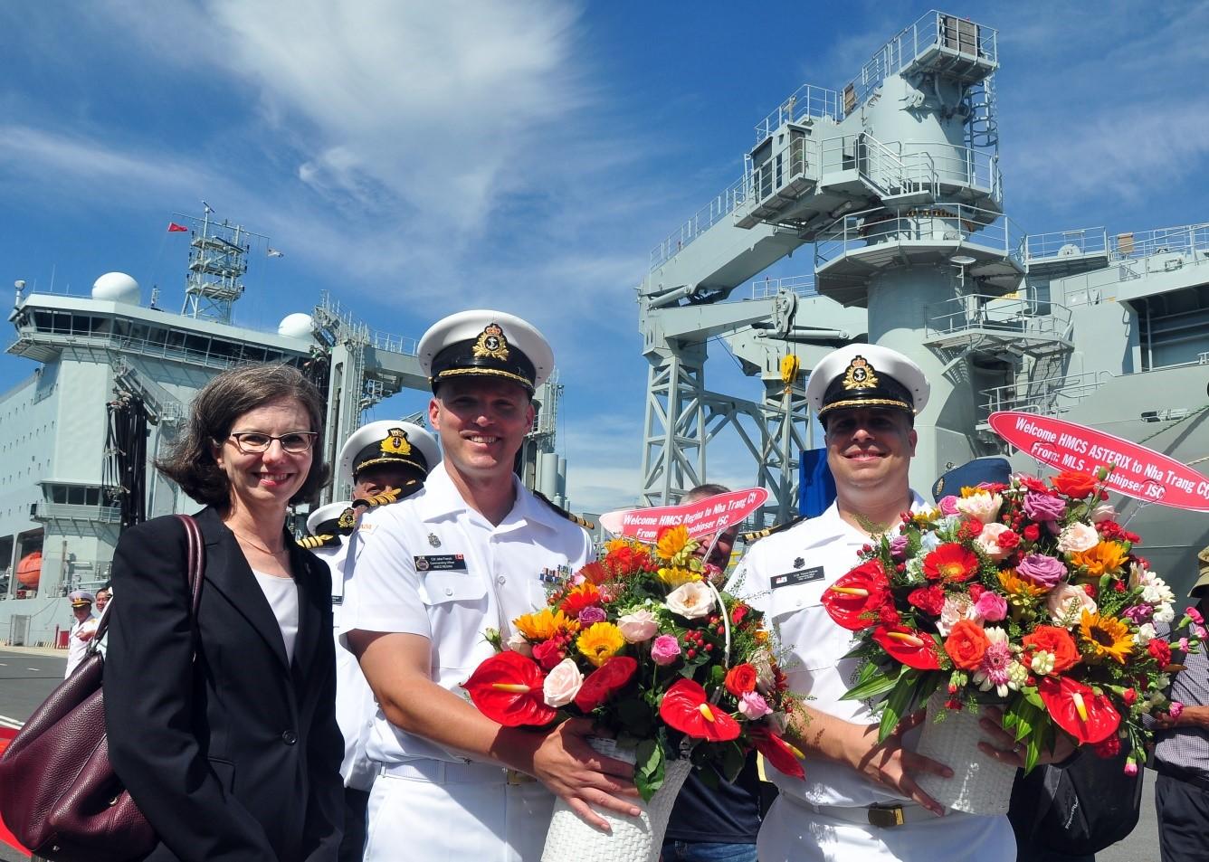 Bà Deborah Paul, đại sứ CANADA tại Việt Nam, Trung tá JACOB FRENCH (giữa) sĩ quan chỉ huy tàu HMCS REGINA và Trung tá VINCENT PELLERIN, sĩ quan chỉ huy tàu ASTERIX tại cảng Cam Ranh